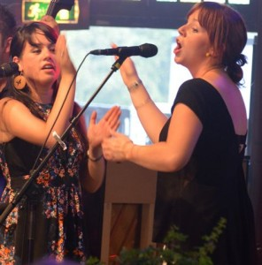 Noriana Kennedy (tv.) i duet med Nicola Joyce.