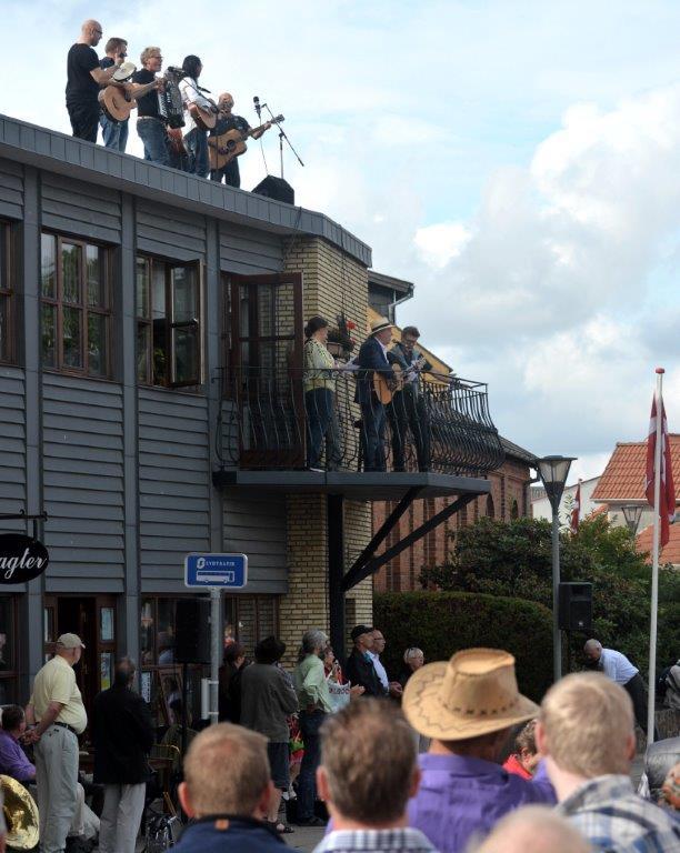 """Festivalen åbnes fra """"Inge Slawters"""" altan og tag."""