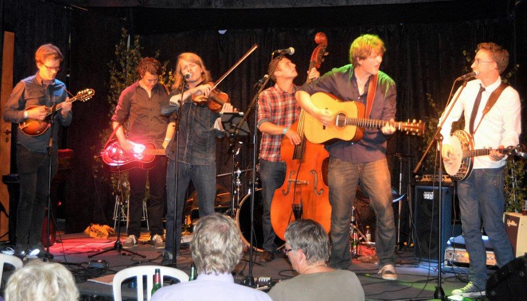 Seks garvede folkemusikere dannede Skye Mountain Bluegrass Boys. Fotos: Per Dyrholm