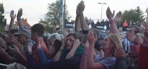 Blandet publikum foran Open Air scenen