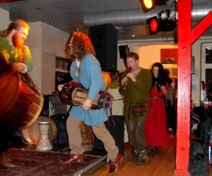 Kvartetten fører an i kædedans.