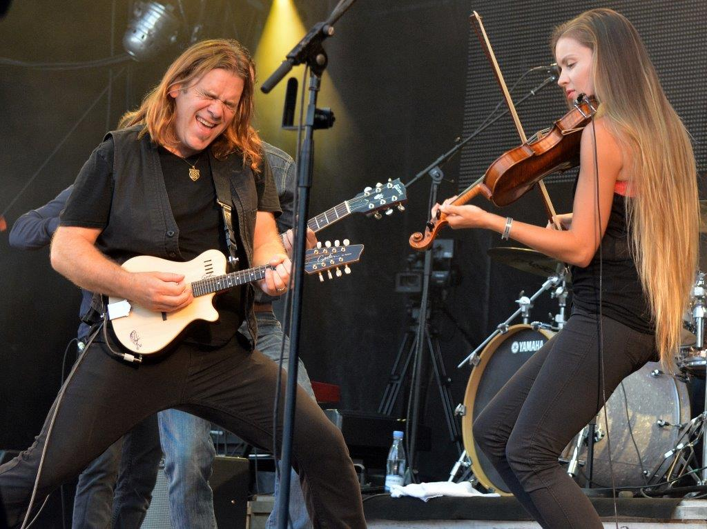 Alan Doyle med band.