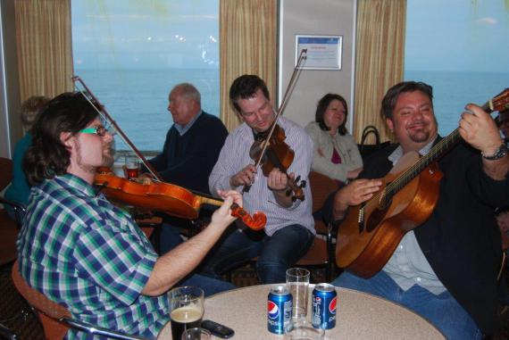 "Dansk trio på vej til Shetland på færgen. Steffan Sørensen, Kristian Bugge og ""svenske"" Perry Stenbäck."