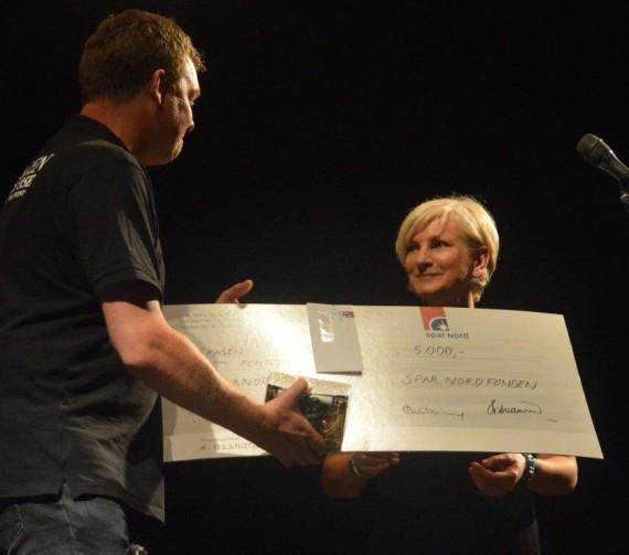 Morten Koch overrækker Folkemusikprisen 2015 til Eleanor Shanley