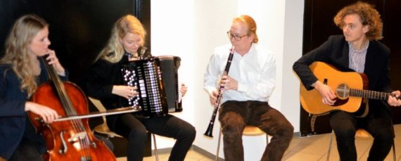 I foyen blev man mødt med smægtende folk-toner fra medlemmer af bandet Mynsterland. Fotos: Per Dyrholm