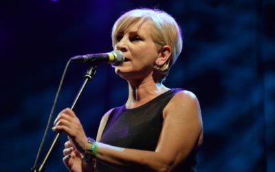 Kendt irsk sangerinde på kvik turné
