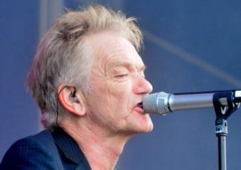 Festivalens protektor Lars Lilholt holder den officielle åbningstale.