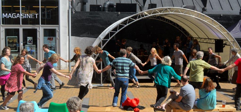 Dans under koncerten med Ethno Denmark