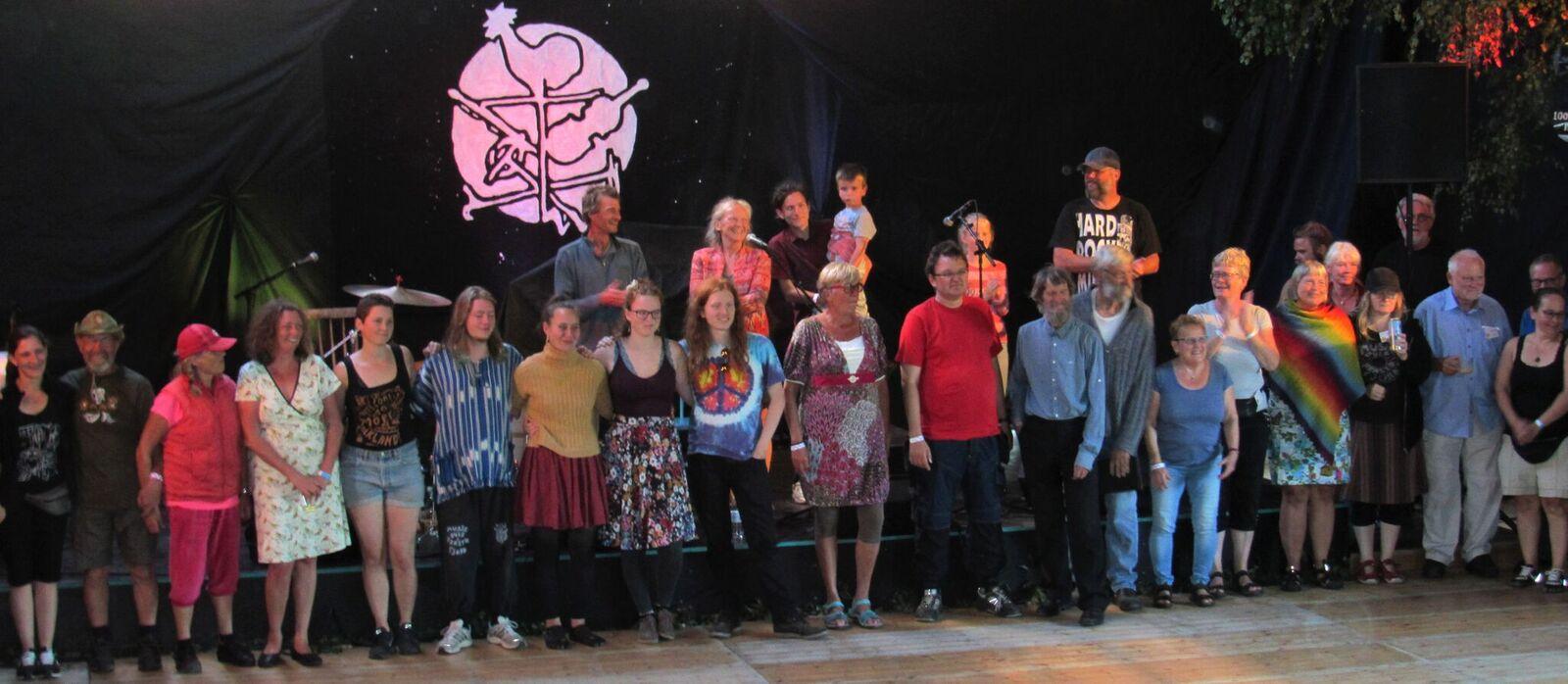 Alle de frivillige på scenen, torsdag aften i Danseladen