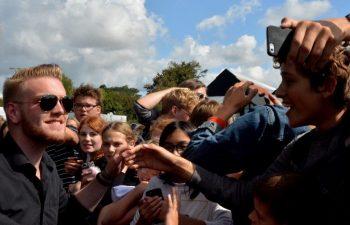 Jacob Dinesen hilste på elever efter koncerten.