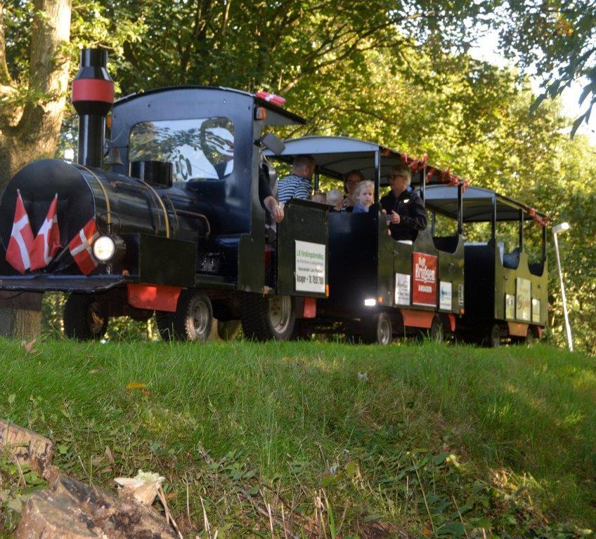 Selv om der ikke mere er nogen station i Ansager, så kører toget i hvertfald under Mariefestivalen.