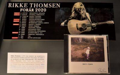 Ung sangerinde på museum